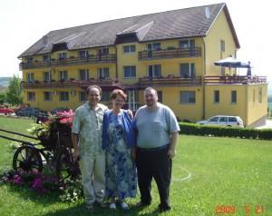 Lucian impreuna cu familia Nicu si Valentina Dan